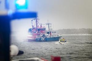 Lotsbåt 031, Pilot, brinner. Kustbevakningen är snabbt på plats och strax därefter ansluter Sjöräddningssällskapet från Hudiksvall och räddningstjänsten.