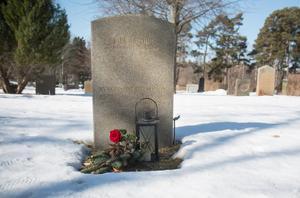 Frans Joel Lundin var den första som begravdes på Nynäshamns kyrkogård 1918. Nynäshamns församling har rest en rest en sten till minne av detta.