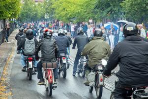 """Blårök i centrum. Ordet moped är en sammansättning av """"motor"""" och """"pedal"""", en cykel med motor, populärt kallad moppe"""