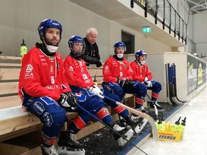 Selångers Erik Öckerstedt, till vänster, har tagit ansvar för att driva på under lagets isträningar inomhus. Bild: Selånger Bandy/Privat