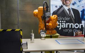 """Anne Frängqvist tror att det blir mycket robotar inom industrin i framtiden.  """"Den här kan stå på ett löpande band och upprepa samma rörelser tusen gånger om, något en människa skulle ta skada av"""", säger hon."""