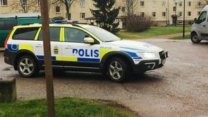 Under torsdagen fanns polisen på plats vid fastigheten i Hallstahammar, där man bland annat genomför en teknisk undersökning av den avlidne 30-åringens lägenhet.