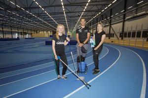 Johanna Möller, Kevin Rödén och Maja Söderlund jobbar i två veckor med att bland annat sopa och putsa glasytor. Tjejerna är friidrottare medan Kevin håller på med fotboll.