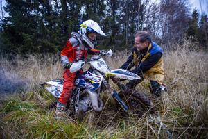 Ibland kan det behövas en hjälpande hand.  Mats Westman är snabbt på plats.