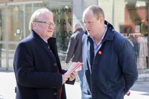 Med försvarsministern på på plats tog oppositionsrådet Niklas Daoson (S) chansen att marknadsföra Östersund som en framtida regementsstad.