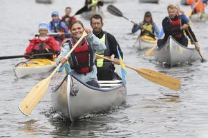 Kronprinsessan Victoria i en kanot vid Upperuds sluss tillsammans med erfarna kanotguider och representanter för kanotfriluftslivet. Foto: Adam Ihse / TT