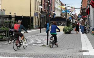 Gågata, tyckte uppenbarligen dessa två cyklister. Och det var rätt, åtminstone fram till gångbaneskylten 50 meter in på gatan...