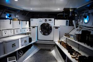 Det gamla motorrummet är numera tvättstuga, så båten kan inte längre köra för egen maskin. Peter och Helena hoppas att tvättmaskinen aldrig går sönder, det skulle vara ytterst krångligt att få upp den ur båten eftersom det kräver att man river en trappa.Foto: Vilhelm Stokstad / TT