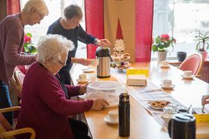 På fiket finns kafévärdar som hjälper till med servering och goda konversationer.
