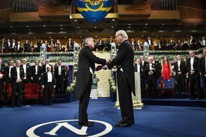 Litteraturpristagaren Kazuo Ishiguro tar emot Nobelpriset i litteratur av kung Carl XVI Gustaf under Nobelprisutdelningen i Konserthuset i Stockholm i december 2017. Foto: Jonas Ekströmer/TT