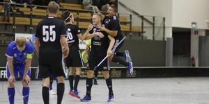Elias Cederfelft gav Silverstaden ledningen med 5-4 och Axel Norin  och Gabriel Davidson var snabbt framme för att gratulera honom.