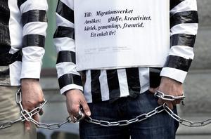 Demonstration på Mynttorget i Stockholm mot beslutet att avvisa de apatiska flyktingbarnen.  2005. Foto: PONTUS LUNDAHL