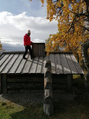 En värmestuga vid messmörstjärn. Locket på skorstenen måste avlägsnas innan det gick att elda.
