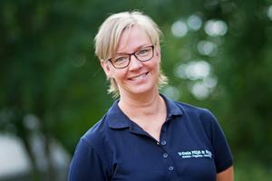 Till vardags jobbar Anneli Österhof Korhonen som nämndsekreterare på Västmanland-Dalarna Miljö- och byggnadsnämnd. Hon tillsammans med Efwa Gylfe och ett tiotal andra personer från kommunala förvaltningar och nämnder har under våren 2018 utbildat sig i kriskommunikation. Tanken är att de ska hjälpa till vid kriser inom Avesta kommun men det första skarpa läget blev i Älvdalen.