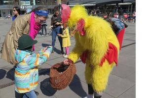 Påskkycklingen kom på besök och bjöd på godis.