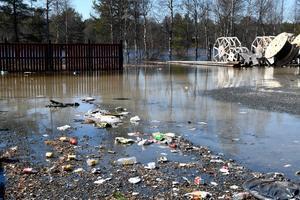 Sopkärlen är bortplockade, kvar flyter skräp i Storåns stigande vatten.