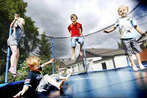 Olivia Engman, åtta år, Simon Westman, fyra år, Viktor Westman, åtta år och William Engman, fem år hoppar studsmatta för glatta livet. Deras föräldrar är noga med att alltid hålla sig i närheten om någon skulle göra illa sig på studsmattan. Foto: Henrik Flygare