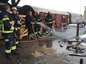 Martin Hjalmarsson släcker branden med vattenslangen.Foto: Magdalena Nord Omne/Privat