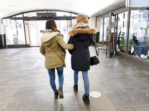Tonåriga flickor är utsatta för dubbel diskriminering, skriver debattörerna. Foto: Gorm Kallestad/TT