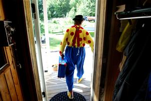 Clownen Daff-Daff på väg mot nya barn att lysa upp tillvaron för. Bild: Linus Wallin