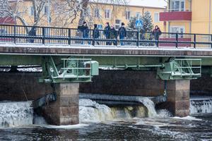 När Herrgårdsbron i Arboga ska renoveras blir det nya skibord som reglerar vattennivån. Tanken är att de nya ska värmas upp så det inte fryser till is.