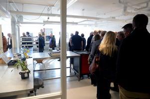 Kön ringlade sig lång genom den nya kontorsdelen och labbet.