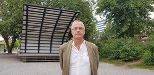 Det var på scenen i Stadsparken som Mats Berggren höll tal och läste ur sin bok