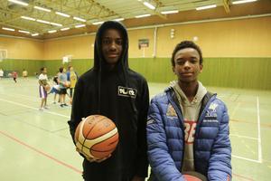 Hassan Nour och David Gihuri har haft Monica Sandström som baskettränare så länge de haft bollen i handen.