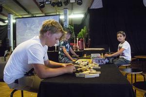 Bertil Lindberg, 11, Charlie Berglund, 12 och William Khoshabi, 12, spelar spel inne på ungdomsgården. De har besökt Östra berget flera gånger under sommaren.