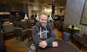 Han har ännu inte fått Waynes i Ingallerian sålt, trots att det har legat ute sedan september. Nu säljer han även kaféet i Birsta city.