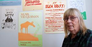 Anna-Clara Tidholms berättande tecknarstil känns igen även från de äldsta affischerna. Här finns såväl protestaffischer mot konsumtion och kärnkraft som annonsbilder för musikevenemang.