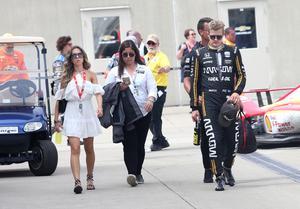 Marcus Ericsson på väg mot garaget efter Indy 500, tillsammans med sin flickvän Alexandra Zaitseva, Schmidt Peterson Motorsports presschef Veronica Knowlton och sin personlige tränare Alex Elgh (skymd).
