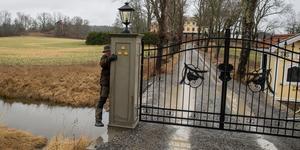Det är inte omöjligt att ta sig förbi grinden även om den är låst. Mölnbobon Kjell Bäverwall visar. Kommer du med barnvagn eller häst blir det värre.