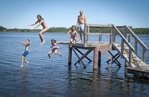 Sommarglädje. Barn och barnbarn på besök och det toppades genom bad vid Hällsjöbadet. Foto: Kenneth Friberg