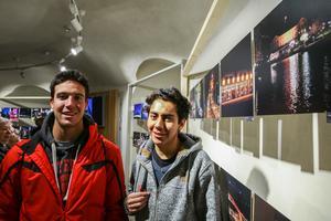 David Biarge från Spanien och Jean Pierre Vilchez från Peru  tyckte det var kul att titta på fotoutställning.