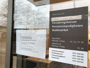 Numera är myndighetsnamnet överstruket vid ingången. På en lapp hänvisas till Västerås, eller bokade besök som enligt de anställda endast sker i nödfall.