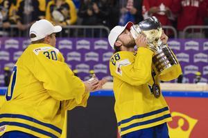 Elias Lindholm kysser VM-bucklan efter guldet 2017. Bild: Joel Marklund / BILDBYRÅN