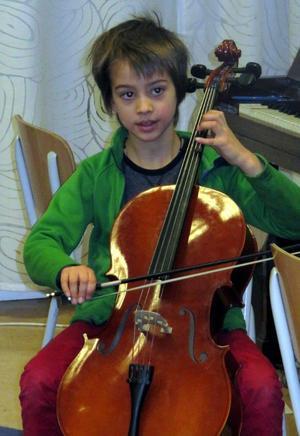 Trots att Miguel Fonseca är endast åtta år är han med tanke på åldern mycket duktig på att hantera sitt instrument.