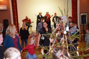 Kul efter jul. Det dansades både morsgrisar, farsgrisar och lortgrisar i Mullhyttan i dag.
