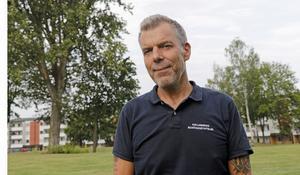 Platschefen Peter Naeslund beklagar att två duktiga rörmokare måste sägas upp från rot-bygget.  Men genom att lägga ut VVS-arbetet på entreprenad väntas läckor i  budgeten kunna täppas till, uppger han.  Foto: Barbro Isaksson/arkiv