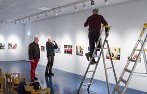 Harry Högberg dokumenterar hur Owe Norberg ljussätter bilderna.