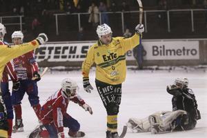 Västanfors inledde matchen på Idrottsparken i Ljusdal bra, men sedan kom raset. På bilden Ljusdals Marcus Wikman som stod för ett mål och fyra assist i matchen.