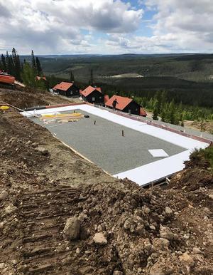 Här är arbetas det på plattan till en av fastigheterna på Klockarfjället i Vemdalen.