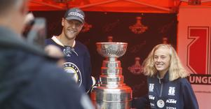 Långa köer och många leenden på Trängen när Calle Gunnarsson där upp med Stanley Cup-bucklan.