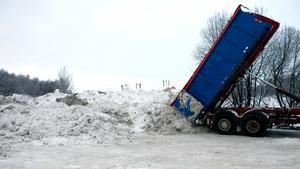 Insändarskribenten har sina funderingar på vad som gäller för deponering av snö på kommunal mark.