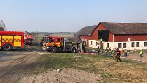 Styrkor från Österfärnebo, Hedesunda och Sandviken larmades ut för att släcka branden. Bild: Marinett Svenningsson.