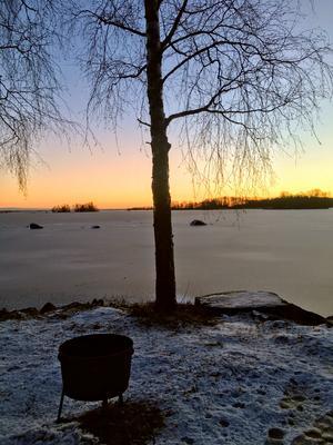 Kerstin Malmström har tagit en bild vid Hjälmaren, som ligger frusen med ett istäcke