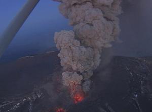 Detta flygfoto, taget under tisdagen visar hur vulkanen vid Eyjafjallajökull fortsätter spruta ur sig aska i stor mängd.