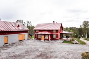 Nybyggt 2018 på landet. Bostadshus, fristående garage med lägenhet om 50 kvm. Foto: Kristofer Skog.