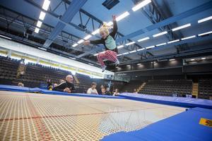 Under lördagens Idrottens dag i Gavlehovshallen kunde barn och vuxna prova bland annat bordtennis, taekwondo, innebandy, historisk fäktning eller som Tuva Lennartsson, tre år, att hoppa trampolin.